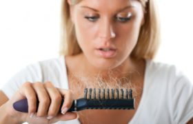 Выпадение волос у женщин — естественный процесс или болезнь