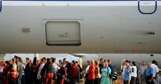 Больные гриппом в самолете опасны только для соседних пассажиров