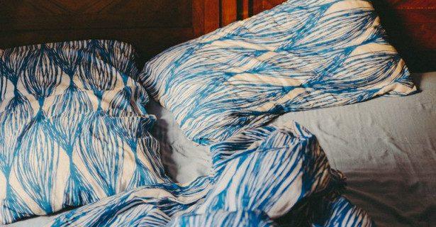 Почему не стоит застилать кровать покрывалом