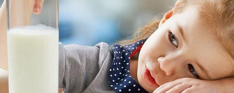 Детям при простуде можно и нужно пить молоко