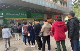 В Китае огромные очереди за масками для лица