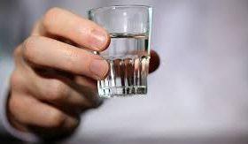 Врач объяснил опасность сочетания вакцинации от COVID-19 с алкоголем