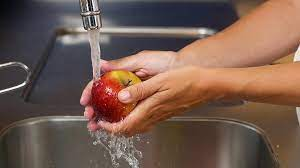 Мытье продуктов из магазина не защитит от COVID-19