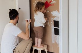 Ученые узнали, кто проще заражает родственников COVID-19 – подростки или маленькие дети